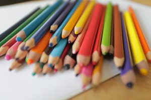 Video- & Online-Content - mit vielfältigem Inhalt und guten Bildern überzeugen. Dieses zeigt viele Buntstifte in allen Farben.