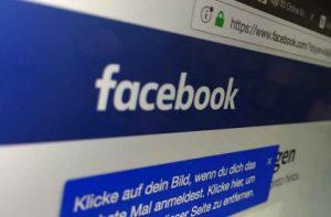 Social Media Marketing via Facebook - der berühmte weiße Schriftzug auf blau steht für das größte soziale Netzwerk mit den meisten Nutzern. Copyright by Sarah Dunkel