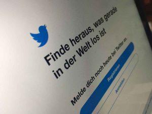 """Social Media Marketing: Das Vögelchen und Twitter-Slogan: """"Finde heraus, was gerade in der Welt los ist"""". Copyright by Sarah Dunkel"""